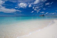 Tropischer Traumstrand und Pier Stockbild