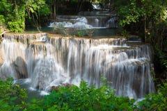Tropischer Wasserfall der schönen mehrfachen Schicht stockbild