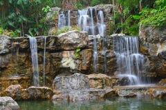 Tropischer Wasserfall im Wald Stockfotografie