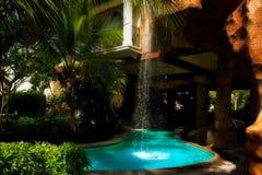 Tropischer Wasserfall und Pool lizenzfreie stockfotos