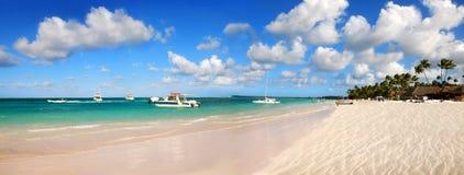 Tropischer weißer Sand in der Dominikanischen Republik Stockbild