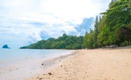 Tropischer weißer sandiger Strand mit Wasser und Palme t des Türkisfreien raumes lizenzfreies stockbild