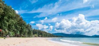 Tropischer weißer sandiger Strand mit Wasser und Palme t des Türkisfreien raumes stockbild