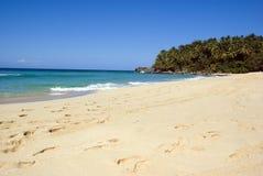 Tropischer weißer Sandstrand Stockbild