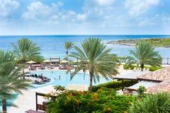 Tropisches Ferienort mit Pool und blauem Himmel der Palmen Lizenzfreie Stockfotos