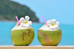 Tropisches frisches Kokosnusscocktail verzierte Plumeria Stockfotos