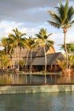 Tropisches Hotel mit Pool Lizenzfreie Stockfotografie