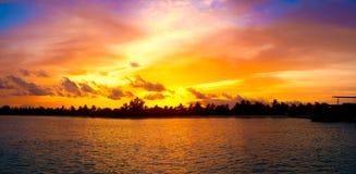 Tropisches Inselsonnenuntergangpanorama Stockfotos