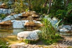 Tropisches Landschaftsdesign Ansicht von kleinem Teich und von Wasserfall lizenzfreie stockbilder