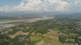 Tropisches Landschaftsgebirgstal mit Dörfern und Ackerland Lizenzfreies Stockbild