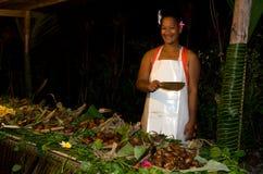 Tropisches Lebensmittel im Freien im Aitutaki-Lagunen-Koch Islands gedient lizenzfreies stockfoto
