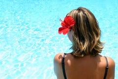 Tropisches Mädchen durch Pool Stockfoto