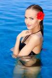 Tropisches Mädchen mit Blume auf ihrem Ohr lizenzfreies stockbild