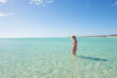 Tropisches Meer des blonden jungen Bikinimädchens Stockfoto