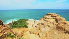 Tropisches Meer, ein Steinstrand auf dem Ufer des blauen warmen Meeres, Paradiesferien, Reise und Tourismus, Meerblick stock video footage