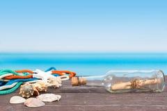 Tropisches Meer gesehen vom Boot Mitteilung in der Flasche auf Tabelle lizenzfreie stockfotografie