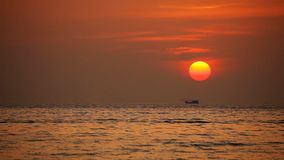Tropisches Meer am schönen Sonnenuntergang stock video