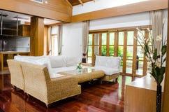 Tropisches modernes Wohnzimmer Lizenzfreies Stockfoto