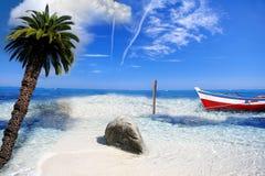 Tropisches Paradies mit Boot Lizenzfreie Stockbilder
