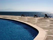 Tropisches Pool mit einer Ansicht Stockfoto