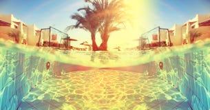 Tropisches Pool nahe Hotel Lizenzfreie Stockfotografie