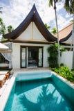 Tropisches Poolsidelandhaus Lizenzfreies Stockfoto