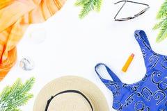 Tropisches Sommerkonzept mit Frauenmode-accessoires, -badeanzug, -blättern und -ananas auf weißem Hintergrund Flache Lage Stockfotos