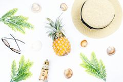 Tropisches Sommerkonzept mit Frauenmode-accessoires, -blättern und -ananas auf weißem Hintergrund Flache Lage, Draufsicht Stockbilder