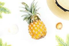 Tropisches Sommerkonzept mit Frauenmode-accessoires, -blättern und -ananas auf weißem Hintergrund Flache Lage, Draufsicht Stockfotos