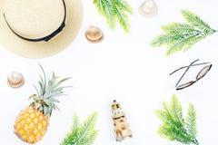 Tropisches Sommerkonzept mit Frauenmode-accessoires, -blättern und -ananas auf weißem Hintergrund Flache Lage, Draufsicht Lizenzfreie Stockfotografie