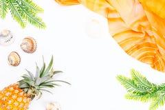 Tropisches Sommerkonzept mit Frauenmode-accessoires, -blättern und -ananas auf weißem Hintergrund Flache Lage, Draufsicht Stockfotografie