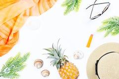 Tropisches Sommerkonzept mit Frauenmode-accessoires, -blättern und -ananas auf weißem Hintergrund Flache Lage, Draufsicht Lizenzfreie Stockbilder