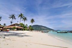 Tropisches Strandurlaubsort lizenzfreies stockfoto