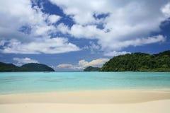 Tropisches szenisches von transparentem Meer und von blauem Himmel Stockfotografie
