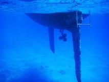 Tropisches Tauchbild eines Rumpfs von einem Segelschiff lizenzfreie stockbilder