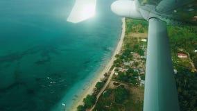 Tropisk ö för sikt från passagerareplatsen ett flyg för privat stråle ovanför moln, havet och tropiska öar flygplan stock video
