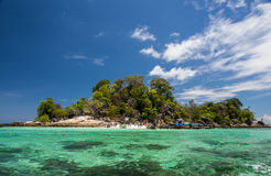 Tropisk ö med klart vatten och blå himmel Royaltyfria Bilder