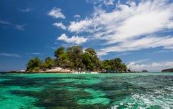 Tropisk ö med klart vatten och blå himmel Royaltyfri Bild