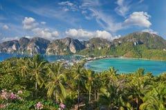 Tropisk ö med semesterorter - Phi-Phi ö, Krabi landskap, T Arkivfoton