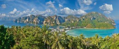 Tropisk ö med semesterorter - Phi-Phi ö, Krabi landskap, T Arkivbild