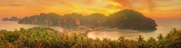 Tropisk ö med semesterorter - Phi-Phi ö, Krabi landskap, Thailand Royaltyfria Bilder