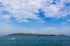 Tropisk ö och blå himmel Arkivfoto