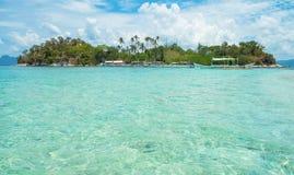 Tropisk ö och blåttlagun Royaltyfria Foton