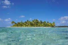 Tropisk ö som ses från havsyttersidan royaltyfri foto