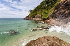 tropisk ö Thailand hav med klippan Arkivfoto