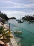 Tropisk öppning, fartyg och palmtrees arkivbild