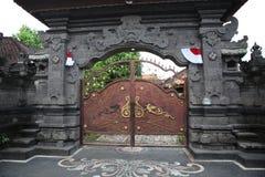 Tropisk arkitektur av Bali - dörrar royaltyfri foto