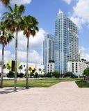 Tropisk blå skyskrapa Fotografering för Bildbyråer