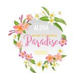 Tropisk blomma- och sidabakgrund Gömma i handflatan med havet och träbrädet Royaltyfri Fotografi