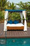 Tropisk cabana och pöl royaltyfri foto